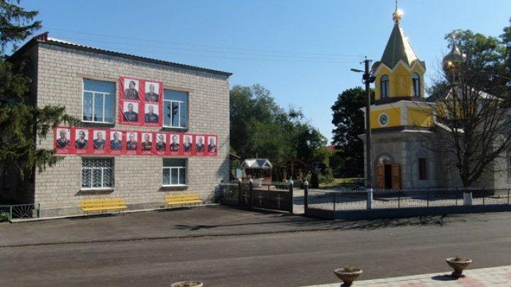 В одном из сел Единецкого района Дом культуры украсили портретом Сталина и других маршалов Советской Армии