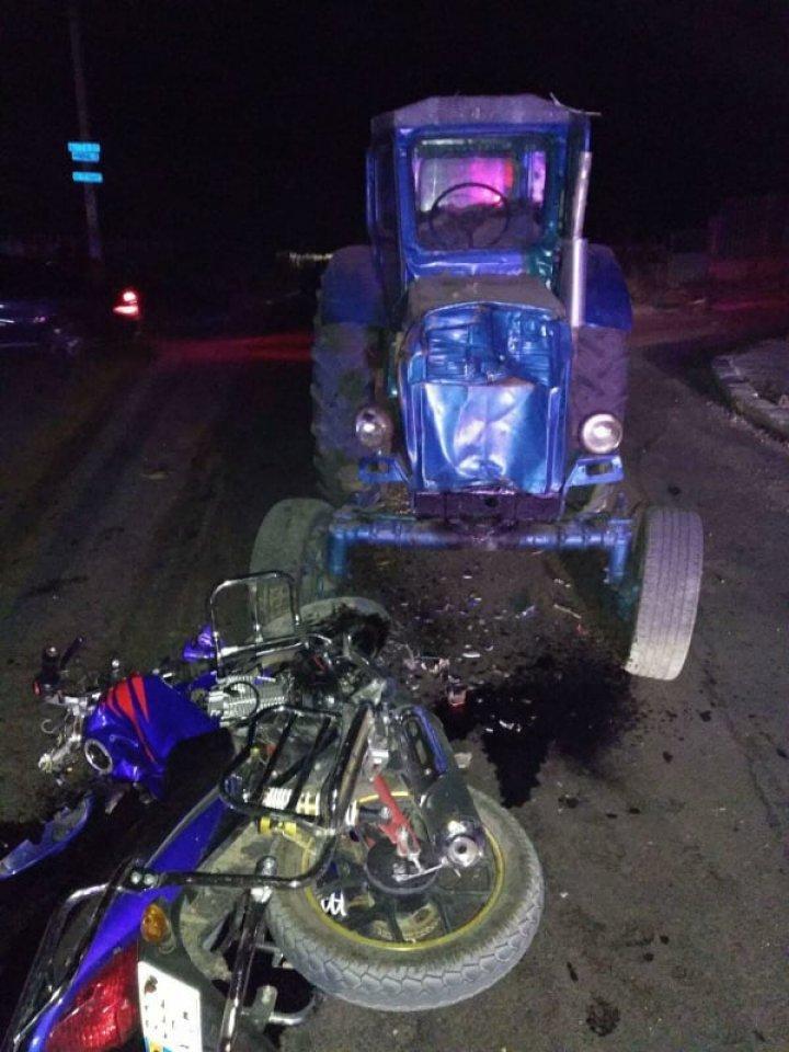 Трагедия в Штефан-Водэ: парень и девушка на мотоцикле врезались в трактор. ФОТО с места аварии