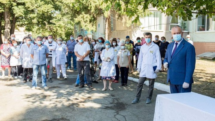 Игорь Додон посетил Леовский район и вручил дипломы медработникам районной больницы