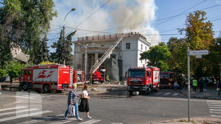Огонь на крыше, улицы в дыму: пожар в Национальной филармонии в фотографиях