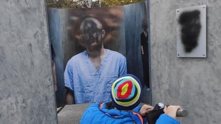 Полиция расследует случай вандализма на фотовыставке, посвященной врачам, лечащим больных с COVID-19