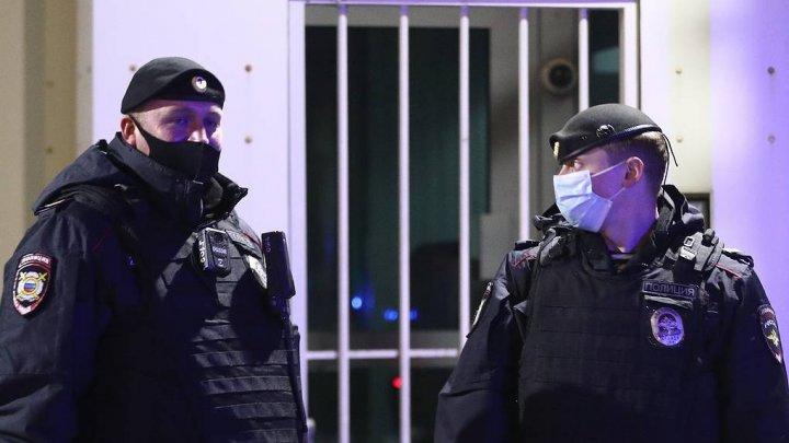 СМИ: в Москве неизвестный напал на полицейских около входа в ГУ МВД
