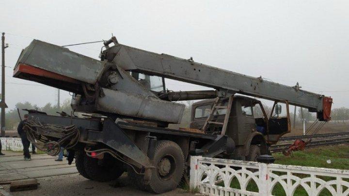 Тяжелая авария в Тирасполе: кран врезался в мотовоз (ВИДЕО)