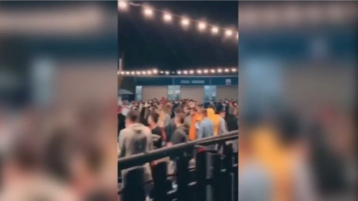 Ковидная вечеринка c фейерверком: десятки молодых людей развлекались на автомойке в День города
