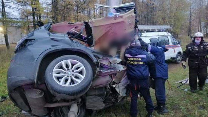 Автомобиль врезался в столб в Ивановской области: машина всмятку, тело пассажирки нашли в лесу
