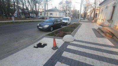 """""""Где мы живем и почему это терпим?"""": жительница столицы заметила дыру на тротуаре со свежеуложенной плиткой (ФОТО)"""