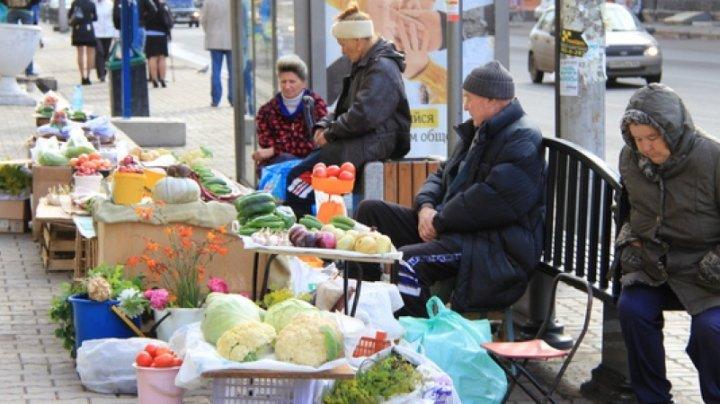 В период пандемии пожилые вынуждены торговать на улицах столицы, чтобы выжить