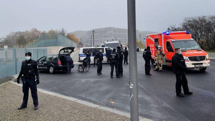 В Берлине неизвестный на машине врезался в ворота канцелярии Меркель