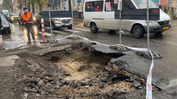 Дыра в асфальте стала причиной блокировки движения на одной из столичных улиц (ФОТО)
