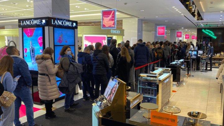 В Москве выстроилась огромная очередь за новыми iPhone. ЦУМу грозит штраф за давку (ФОТО)