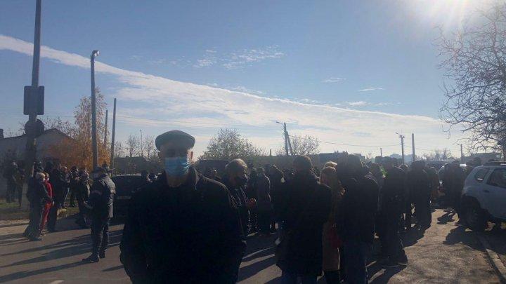 Подробности инцидента в Варнице: ситуация обострилась, когда протестующие заметили микроавтобус