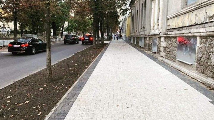"""В центре Кишинёва новая плитка """"поплыла"""" через неделю после ремонта тротуара"""