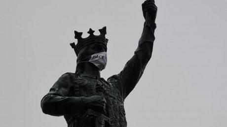 В Кишиневе на Штефана чел Маре надели маску: акт вандализма расследует полиция (ВИДЕО)