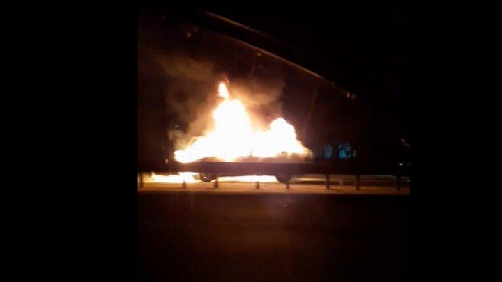 В столице загорелась машина: пламя вырвалось из-под капота авто, когда оно стояло на светофоре (ВИДЕО)