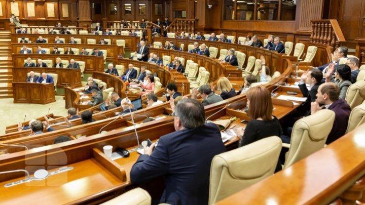 Три парламентских фракции покинули пленарное заседание