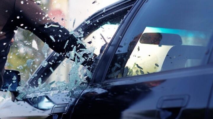 В Сочи охранник магазина разбил стекло такси, водитель которой был без маски (ФОТО)