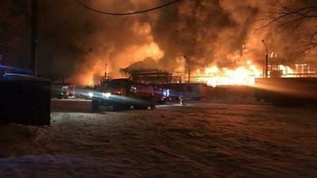 Пожар на нефтехимическом заводе в Уфе: огонь тушили около 10 часов