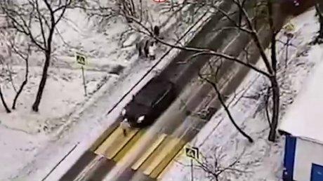 """В Москве водитель Porsche Cayenne сбил девушку """"на зебре"""" (ВИДЕО)"""