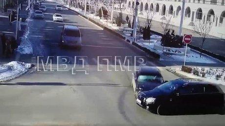 ДТП в Приднестровье: водитель БМВ не захотел уступать дорогу Тойоте (ВИДЕО)