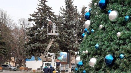 После зимних праздников елка в центре Унген осталась без игрушек (ФОТО)
