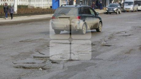 """Кишинёвские водители ругают ямы на дорогах: """"Трясёт как на телеге"""""""