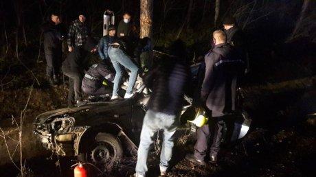 Перевернулись, а затем врезались в дерево: семья с ребёнком попала в аварию в Хынчештском районе