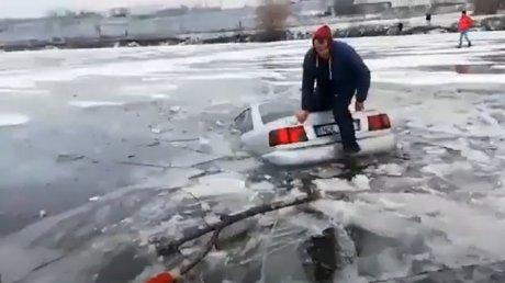 Додрифтовался: один из молдавских водителей утопил машину, решив показать мастер-класс на льду