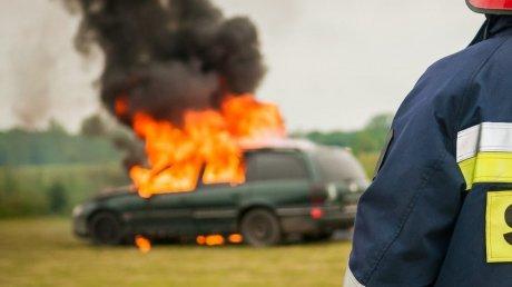 Родился в рубашке: водитель вышел из легковушки за секунду до ее возгорания