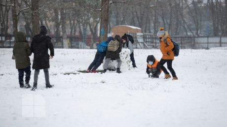 Радость или головная боль: Молдову засыпало снегом, на дорогах участились аварии