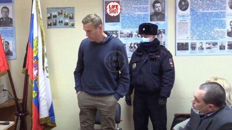 """""""Я не понимаю, что происходит"""": суд по аресту Навального решили провести в отделе полиции (ВИДЕО)"""