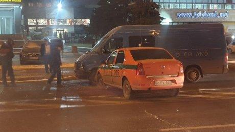 В столице столкнулись микроавтобус и инкассаторская машина (ФОТО)