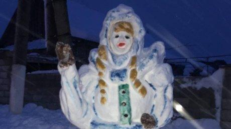 В Конгазе мать троих детей слепила во дворе двухметровую Снегурочку (ФОТО)