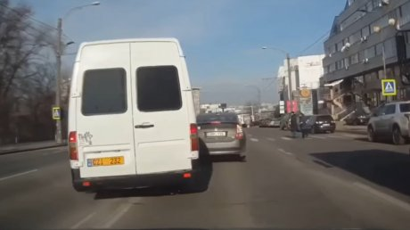 Показал на что горазд: водитель маршрутки пересек двойную сплошную и пролетел по зебре перед пешеходами (ВИДЕО)