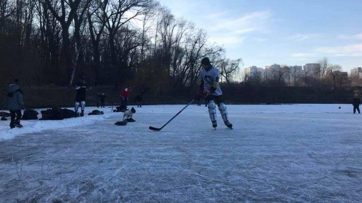 В Кишинёве молодые люди сыграли в хоккей на замёрзшем озере в парке (ВИДЕО)