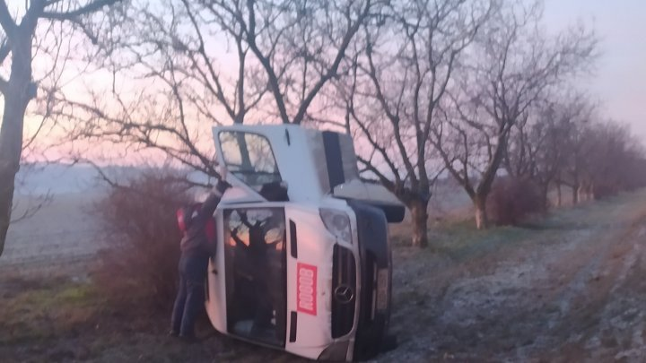 На трассе Кишинев - Комрат перевернулся микроавтобус, перевозивший колбасные изделия