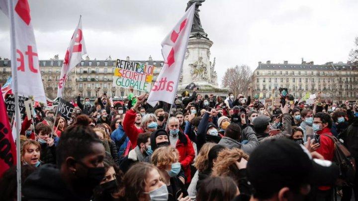 Ожесточенные протесты в Париже: полиция применила слезоточивый газ и водометы