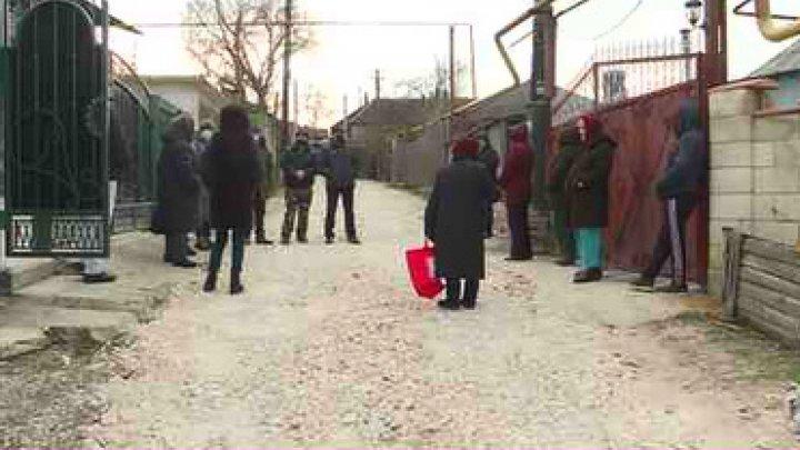 Устали ждать: жители Дурлешт собрали деньги на ремонт участка дороги, теперь копят на освещение