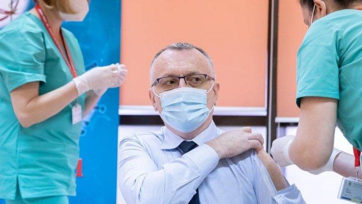 Министр образования Румынии Сорин Кымпяну явился в центр иммунизации в специальной рубашке