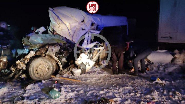 Микроавтобус всмятку: шесть человек погибли в ДТП с грузовиком в Самарской области