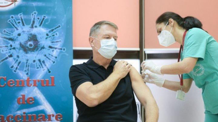 Президент Румынии Клаус Йоханнис сделал прививку от коронавируса