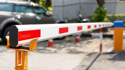 Скандал из-за шлагбаума: жители одной из столичных улиц решили оградить себя от чужих машин, мэрия недовольна