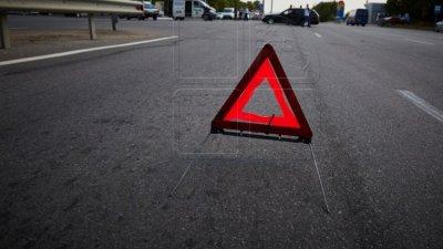 Водителя на легковушке занесло на мокрой дороге: машина смята в гармошку