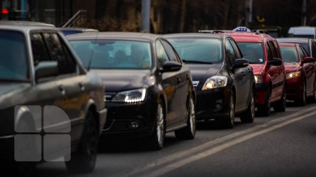 """Километровые пробки на Буюканах: """"Чувствуется, что дети пошли в школу"""""""