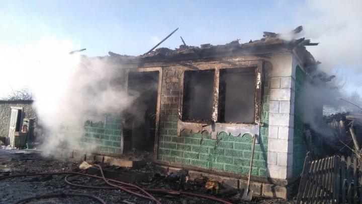 Под Сороками сгорел частный дом: от крыши и имущества ничего не осталось