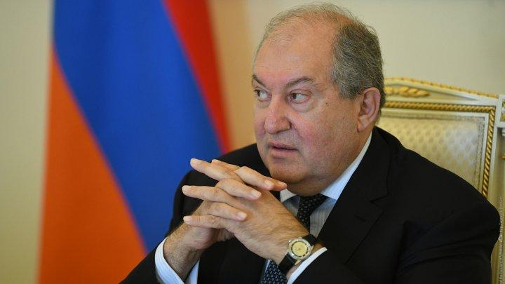 Президент Армении отказался отправлять в отставку главу генштаба