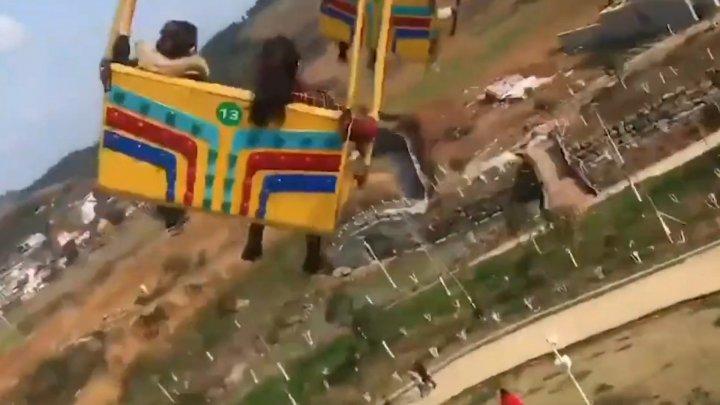 Авария в китайском парке аттракционов: по меньшей мере 16 человек выпали с качелей
