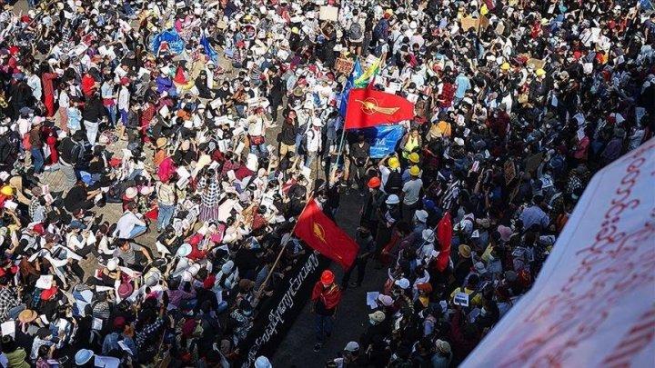 В Мьянме полиция открыла огонь по демонстрантам