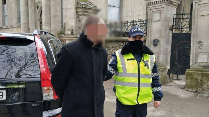 В центре Кишинёва мужчина угрожал ножом полицейским за замечание