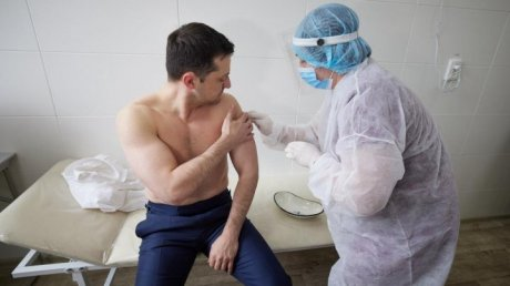 Владимир Зеленский вместе с военными Луганска вакцинировался от коронавируса