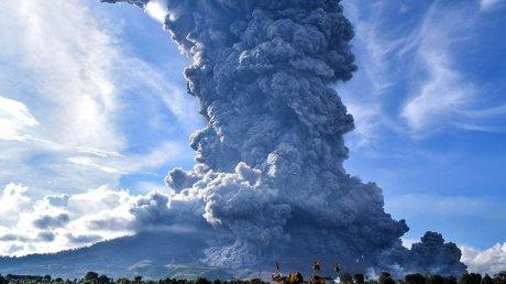 Вулкан Синабунг в Индонезии выбросил столб дыма на высоту 5 километров (ВИДЕО)